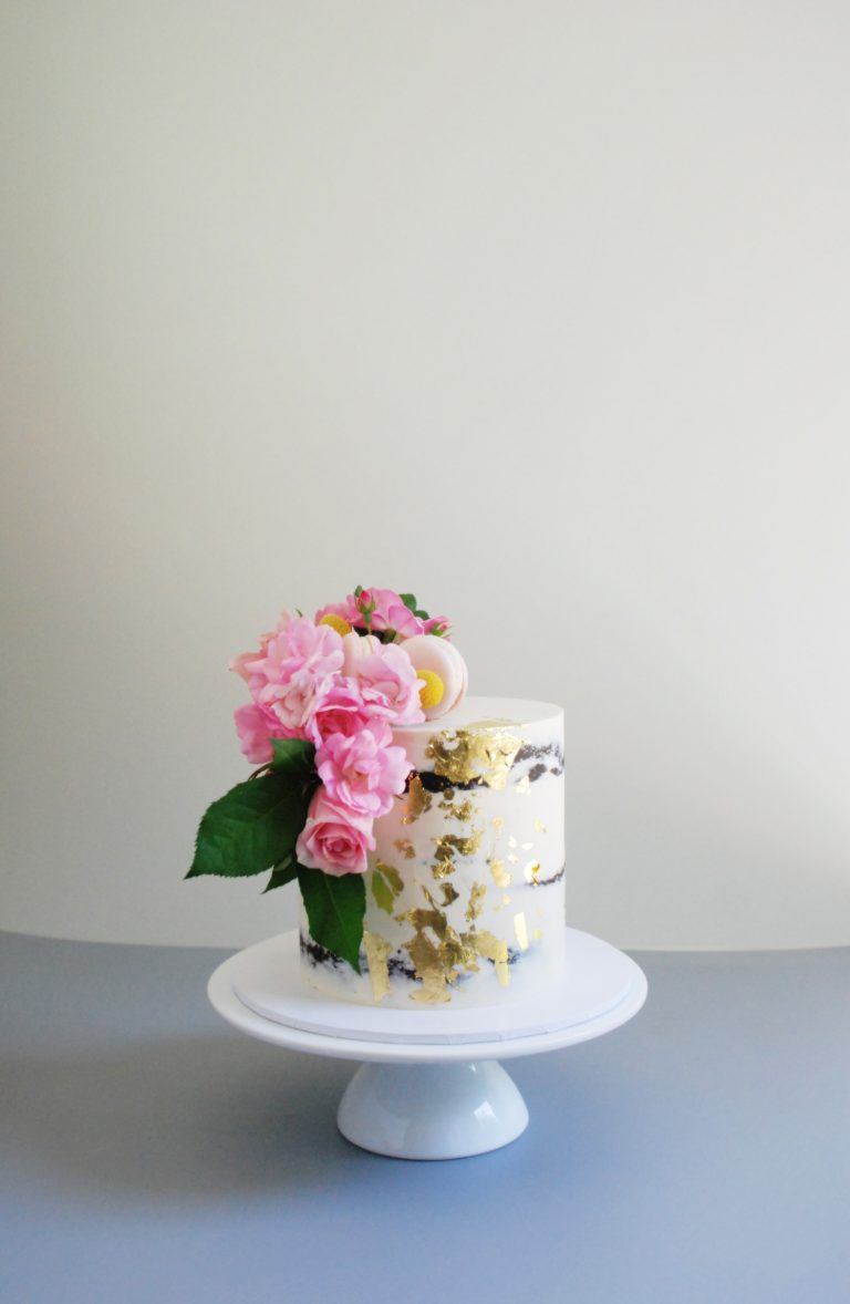 semi-naked-cake-fresh-flowers