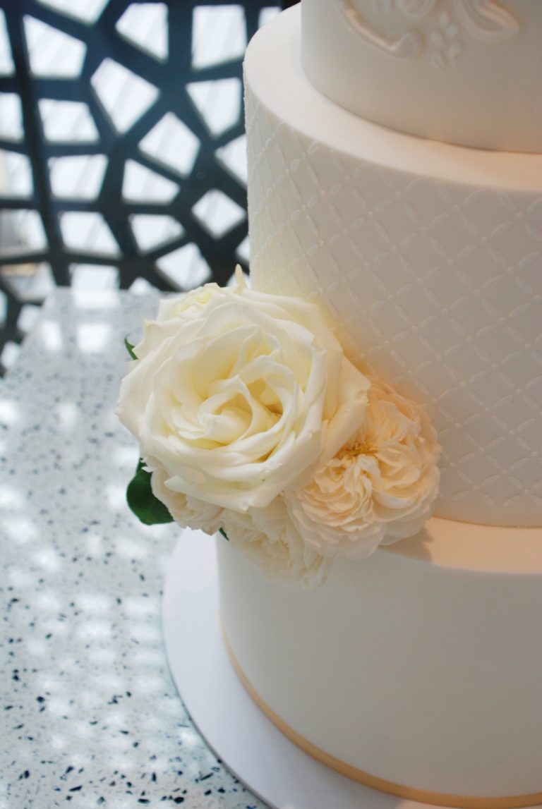 fresh-flowers-wedding-cake